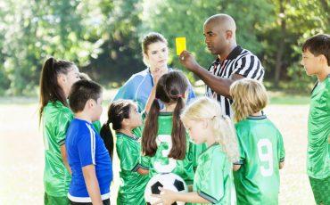 Fotbollsdomare dömer barnmatch